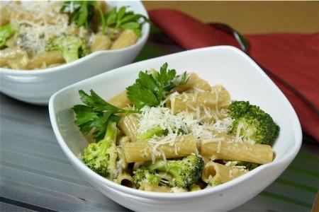 La ricetta light della pasta con broccoli e crescenza