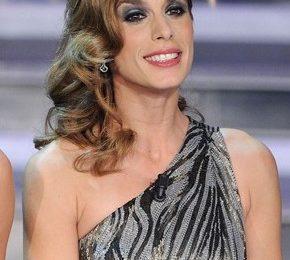 Elisabetta Canalis a Sanremo sfoggia un'acconciatura con onde morbide, ecco come copiarla