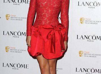 Emma Watson incantevole in rosso Valentino con pumps Christian Louboutin