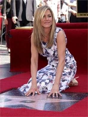 """Jennifer Aniston conquista la """"Walk of fame"""", con lei Justin Theroux e il papà [FOTO]"""
