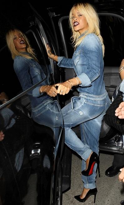 Rihanna bionda ci propone un look total denim Armani Jeans e decolletes Louboutin
