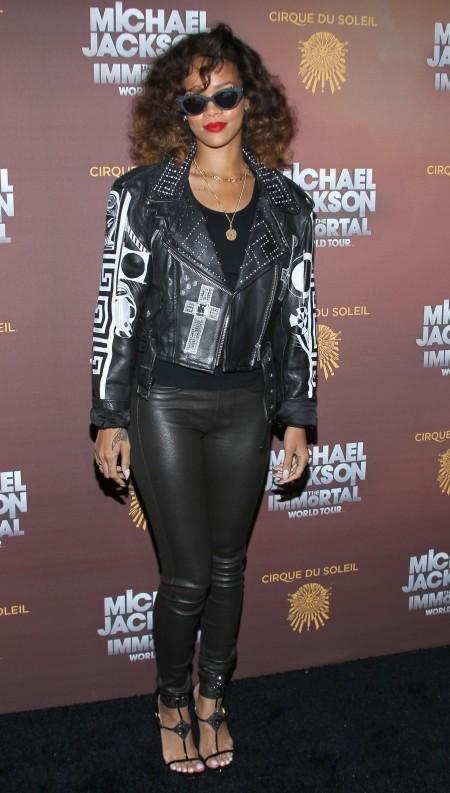 """Rihanna con un look biker completato dai sandali """"Lady Max"""" di Christian Louboutin"""