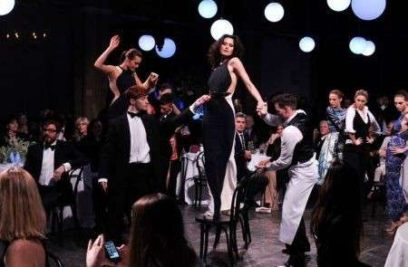 Parata di star per Stella McCartney alla London Fashion Week, e le modelle ballano sui tavoli: foto e video