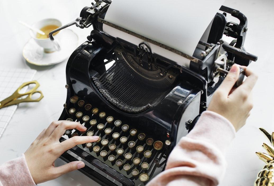 invitata scrive gli auguri di matrimonio con macchina da scrivere