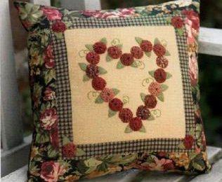 Idee cucito per decorare un cuscino con rose