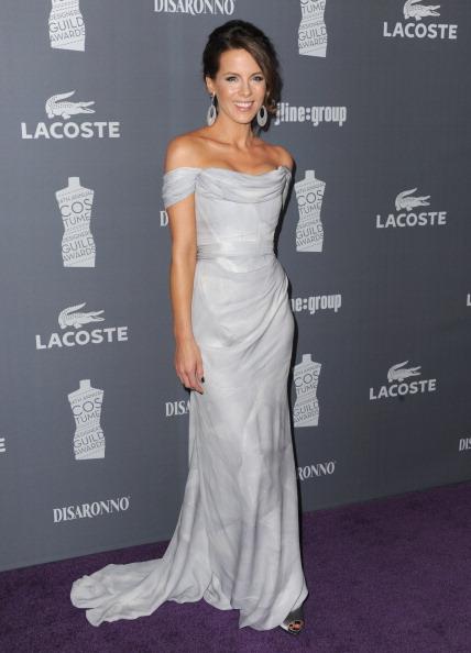 Kate Beckinsale elegantissima con un abito Vivienne Westwood e sandali Ferragamo