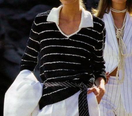 Lavori a maglia: una polo nera con sottili righe bianche
