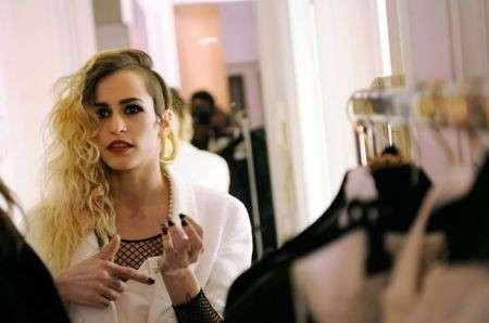 Alice Dellal per l'adv delle borse Chanel Boy Bag, le foto del backstage