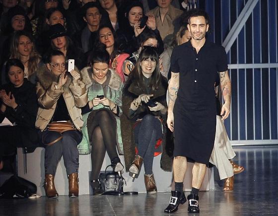 Marc Jacobs sotto accusa, paga le modelle con abiti e accessori