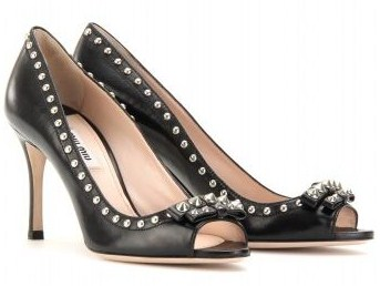 Dècolletès peep-toe Miu Miu in pelle nera con borchie per un'estate rock glam