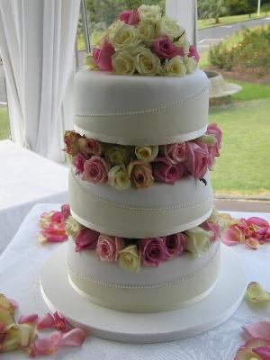 torta nuziale con fiori