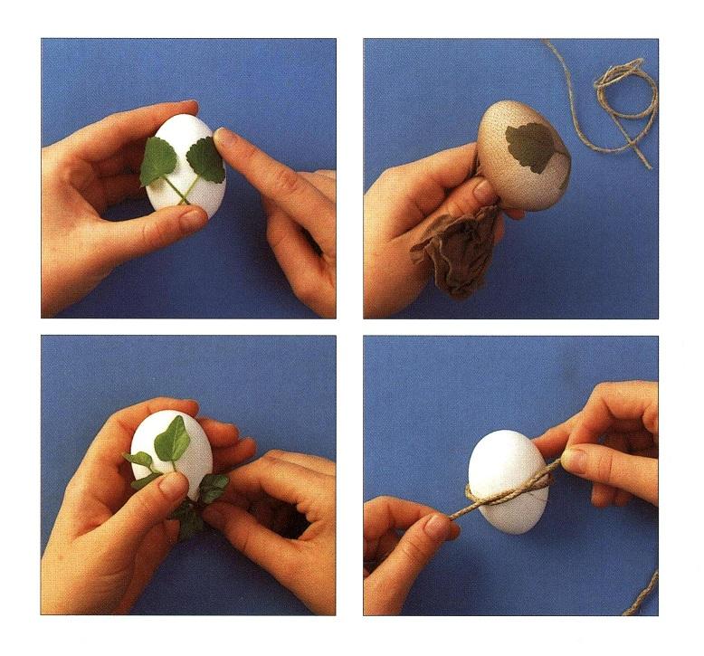 Decorare le uova con le foglie