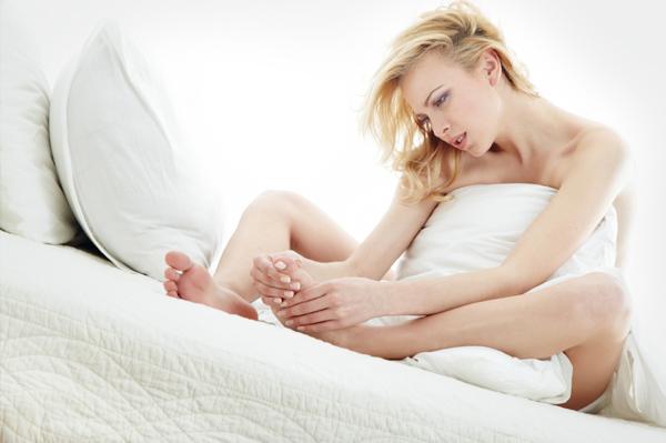 Dolore notturno ai piedi, colpa del poco riposo durante il giorno