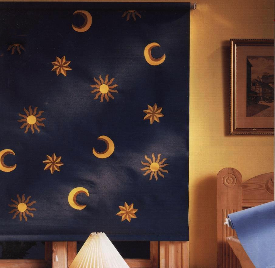 Crea decorazioni stencil fai da te su una tendina