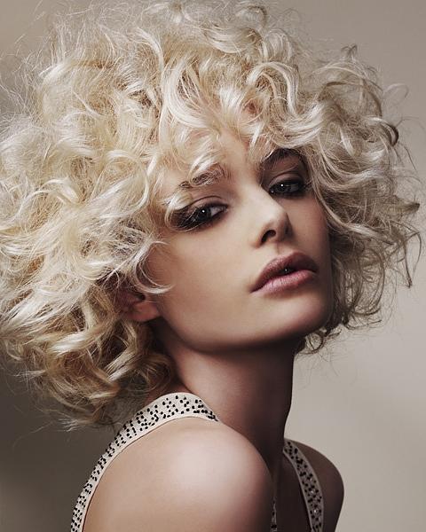 acconciature capelli ricci volume