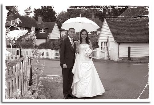 matrimonio con pioggia sposa felice