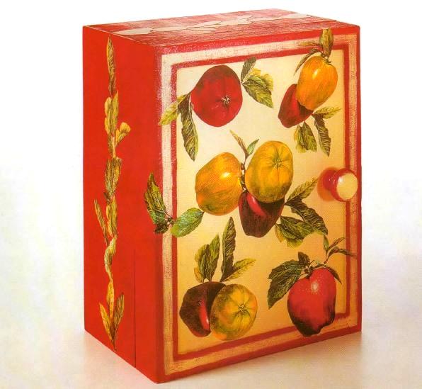 Decora con il decoupage un armadietto con immagini di frutta