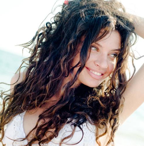 Come curare i capelli in spiaggia per proteggerli da sole, vento e salsedine