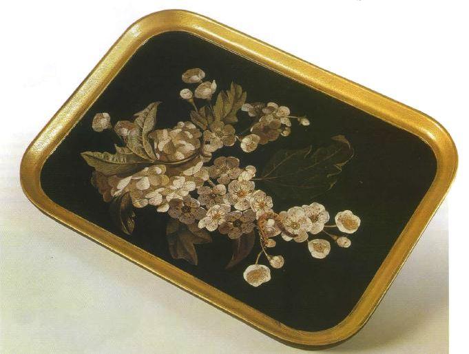 Decora in decoupage un vassoio con motivi floreali