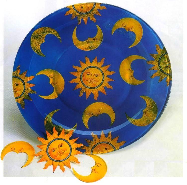 Decora un piatto in vetro in decoupage con lune e soli dorati