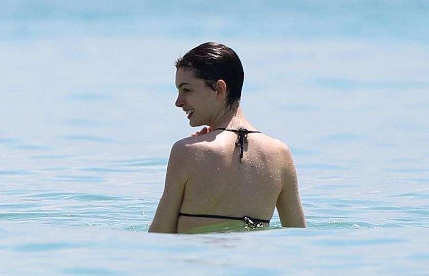 Anne Hathaway, capelli corti e nuovo look da copiare [FOTO]