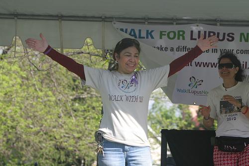 donna affetta da lupus durante manifestazione pubblica