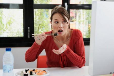 Mangiare velocemente fa ingrassare, soprattutto le donne