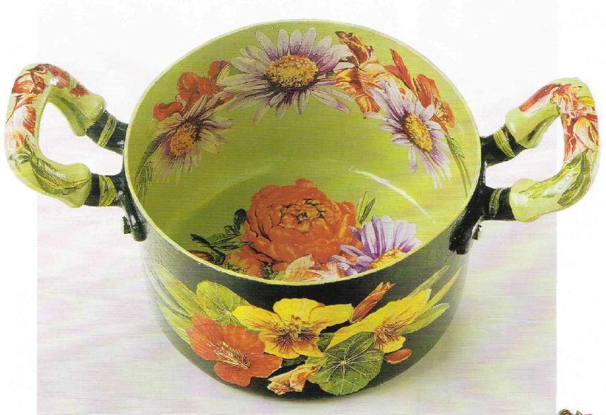 Decora in decoupage una pentola con fiori coloratissimi