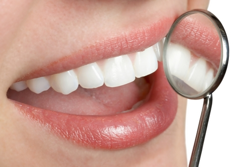 Il cancro si previene anche con una scrupolosa igiene dentale