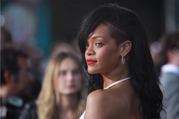 Rihanna taglio halfshaved capelli neri Copia