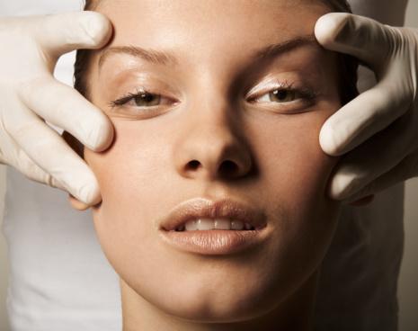 Chirurgia plastica: il 22% delle donne rinuncerebbe alle vacanze per un ritocchino