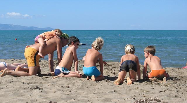 giochi bambini al mare biglie