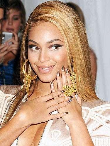 La manicure estiva più alla moda è all'insegna del colore [FOTO]