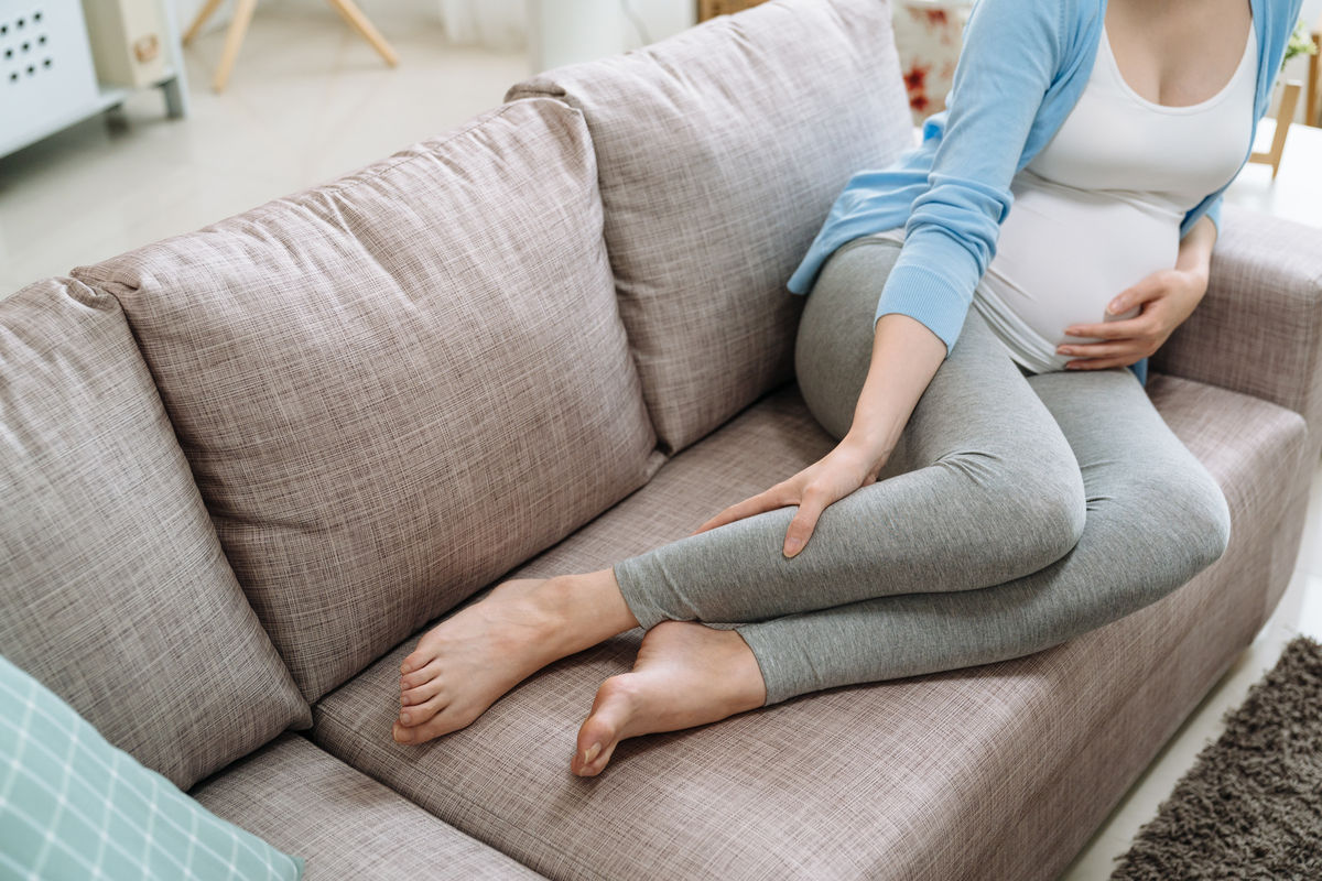 Donna incinta con dolore alle gambe