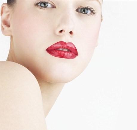 Rossetto rosso, il tutorial per un make up semplice ma chic [VIDEO]