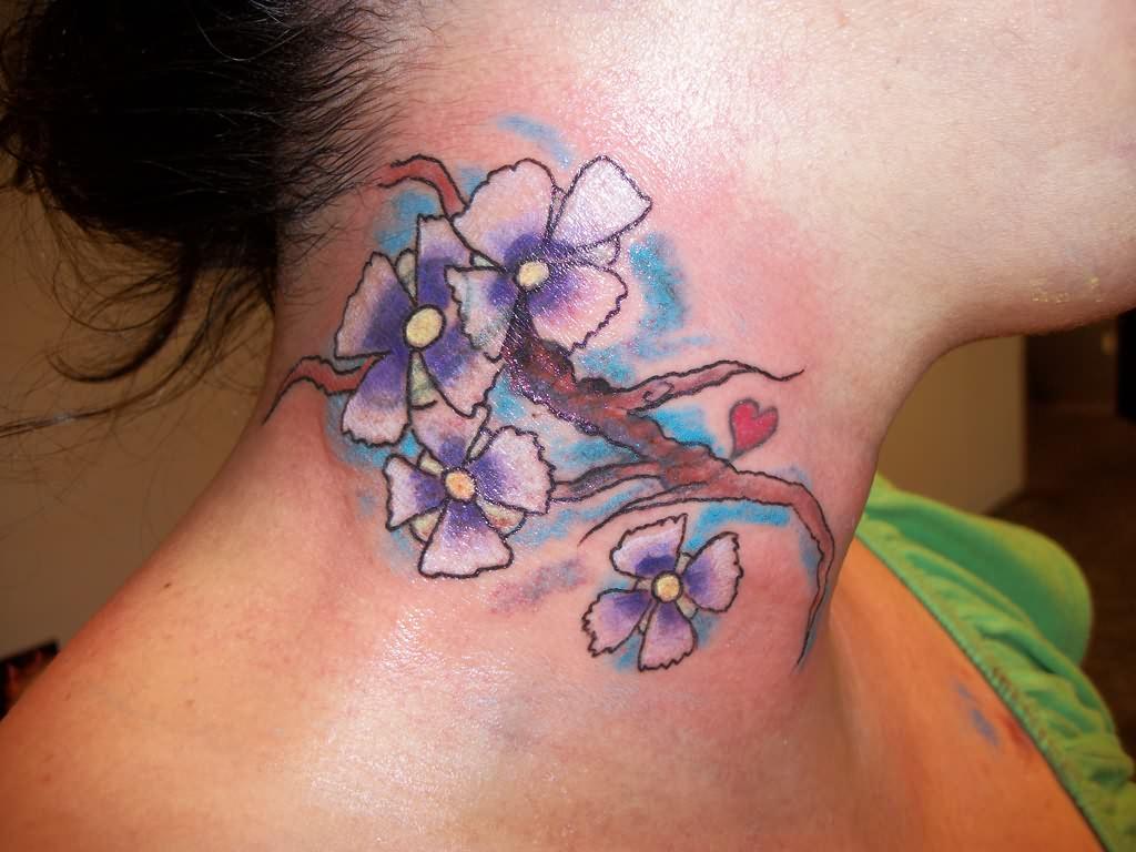 tatuaggio fiori collo