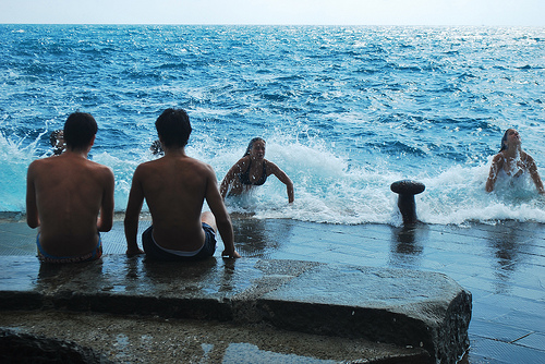 adolescenti in vacanza al mare