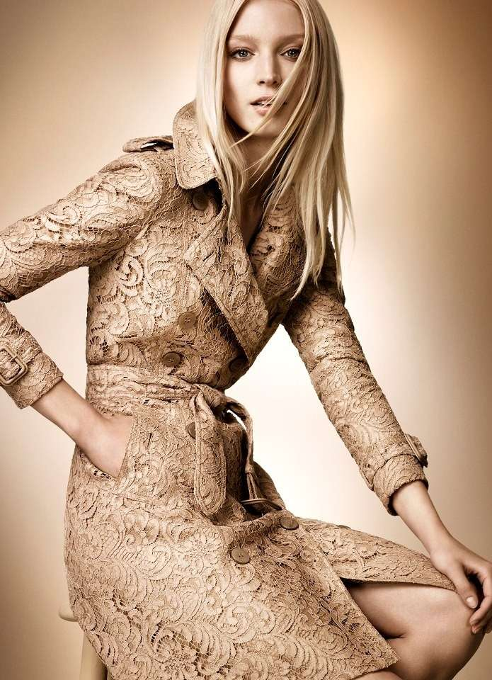 Trench in pizzo della Burberry Rose Gold Collection