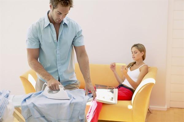 Problemi di coppia in aumento quando lui aiuta nelle faccende domestiche