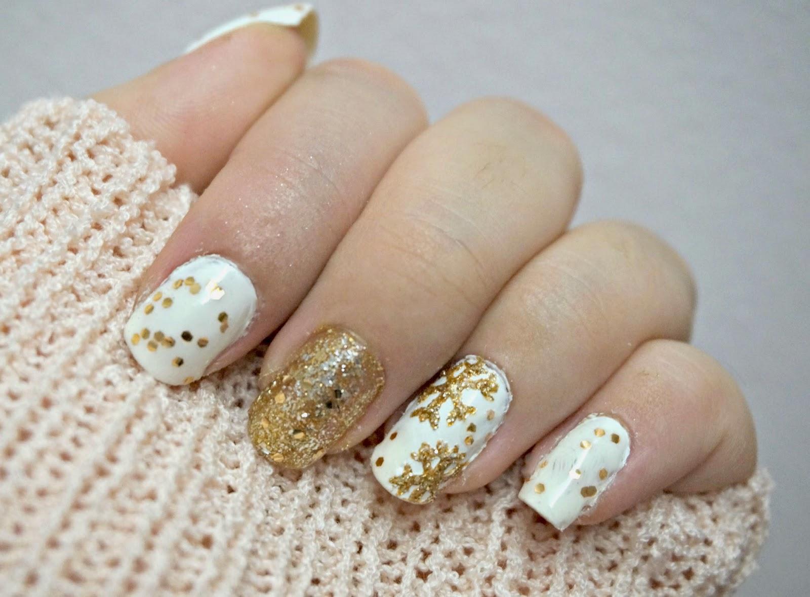 unghie natalizie bianche e oro