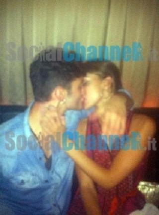 Belen e Stefano primo bacio
