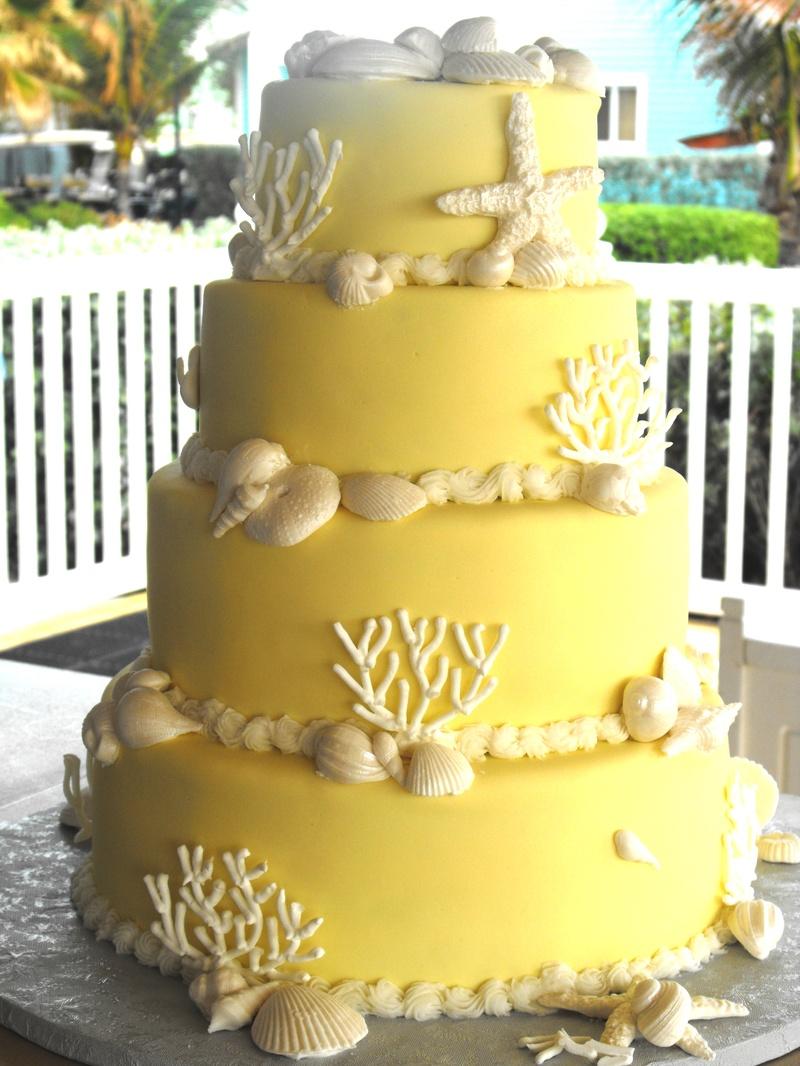 torta nuziale gialla con conchiglie