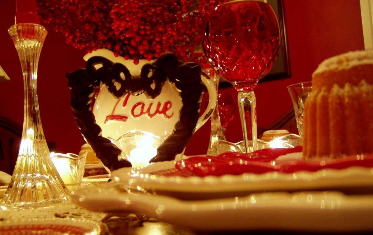 Apparecchiare la tavola per San Valentino, una cena a lume di candela [FOTO]