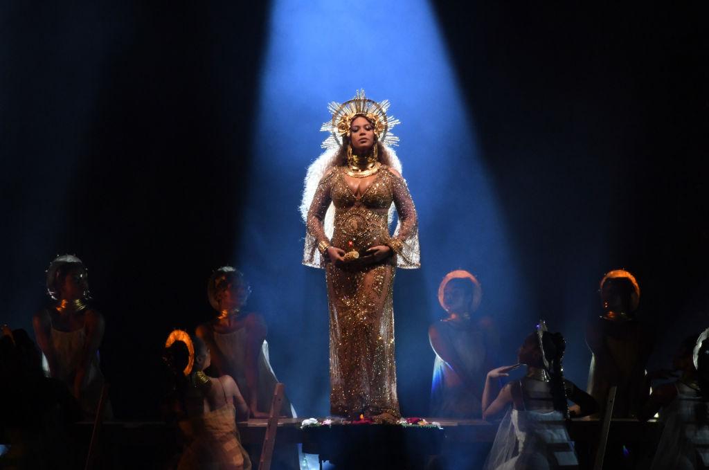 Beyoncé indossa un abito attillato che mette in evidenza il pancione durante la 59esima edizione dei Grammy Awards