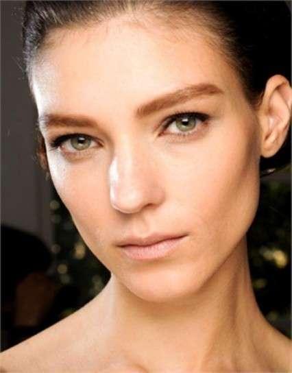 Sopracciglia folte, la nuova tendenza make up viso [FOTO]