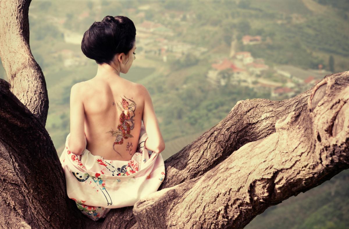 Donna con un tatuaggio sulla schiena