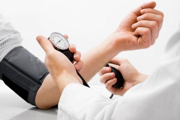 Pressione bassa: sintomi, rimedi e cosa mangiare