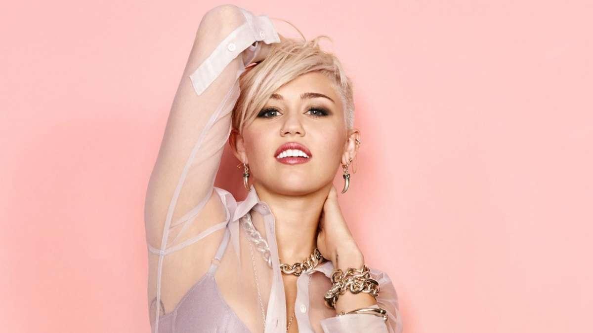 Miley Cirus con capelli corti e biondi