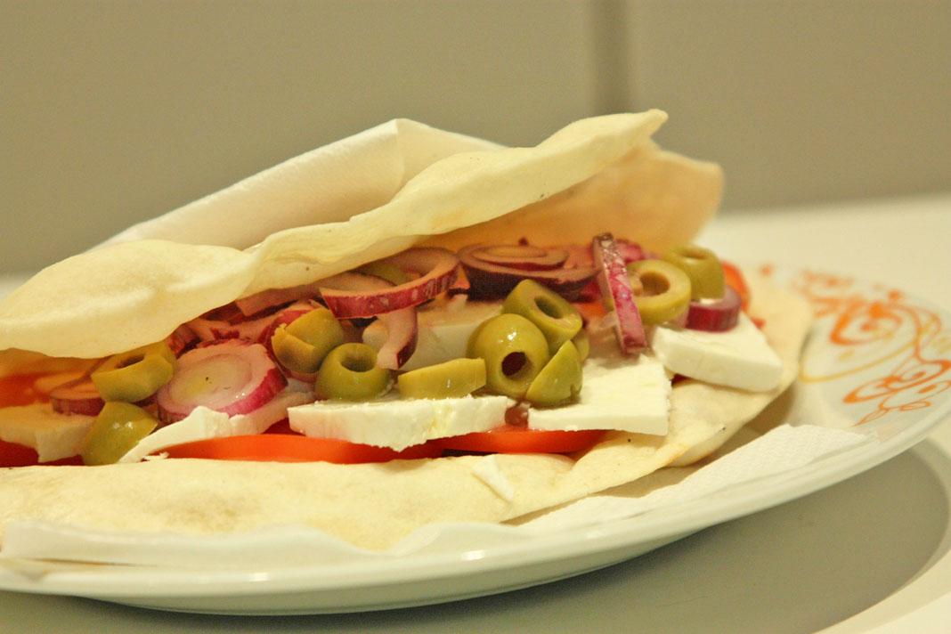 Piadina alla greca ricetta light per un pranzo for Calorie da assumere a pranzo