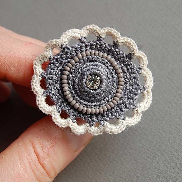 anello grigio crochet davanti